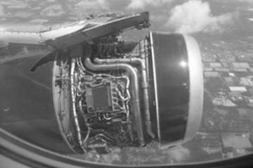 Het plaatwerk van een vliegtuigmotor verdwijnt tijdens een vlucht