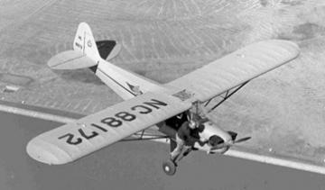 Een piloot start, na een uitval tijdens het vliegen, de motor met de hand